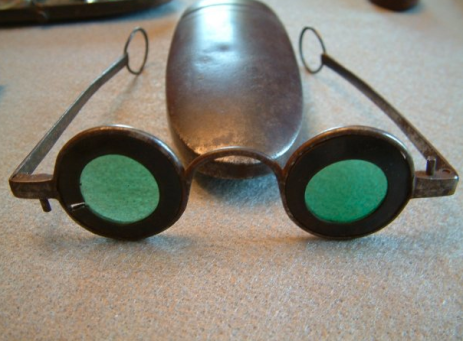 ohs visual spectacles w green convex glasses and horn annuli.png
